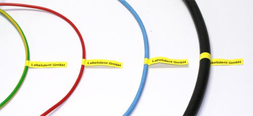Gewebeetikett zur Kennzeichnung an Kabel anbringen