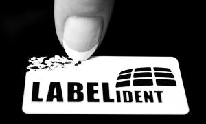 Wie löst man Etiketten sauber ab?