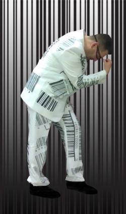 Barcode-Boy im komplett scanbaren Anzug