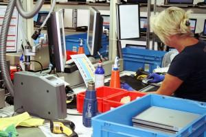 Der platzsparende CAB Etikettenspender als Bestandteil des optischen Prüffeldes.