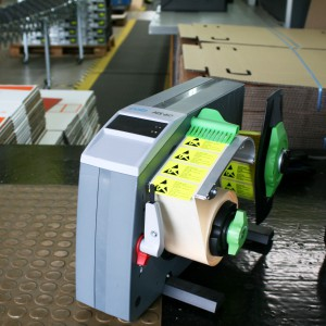 An der Packstation spendet der CAB Etikettenspender zuverlässig ESD-Warnaufkleber.