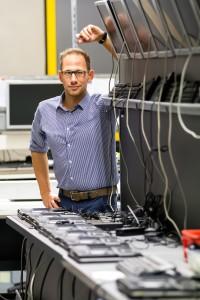 Michael Bleicher an der Produktionsbank für PC-Systeme in der heutigen Produktionsstätte in Schweinfurt.