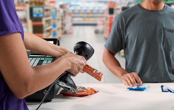Scannen von Produkten an der Supermarktkasse